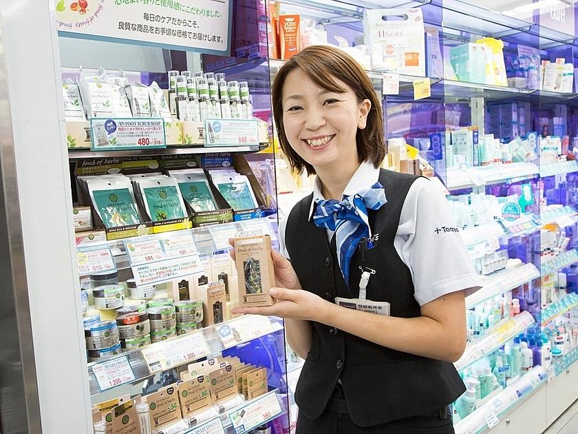 商品を持った女性の写真