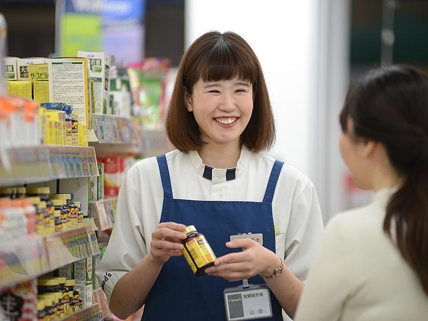 トモズで商品の説明をしている女性の写真