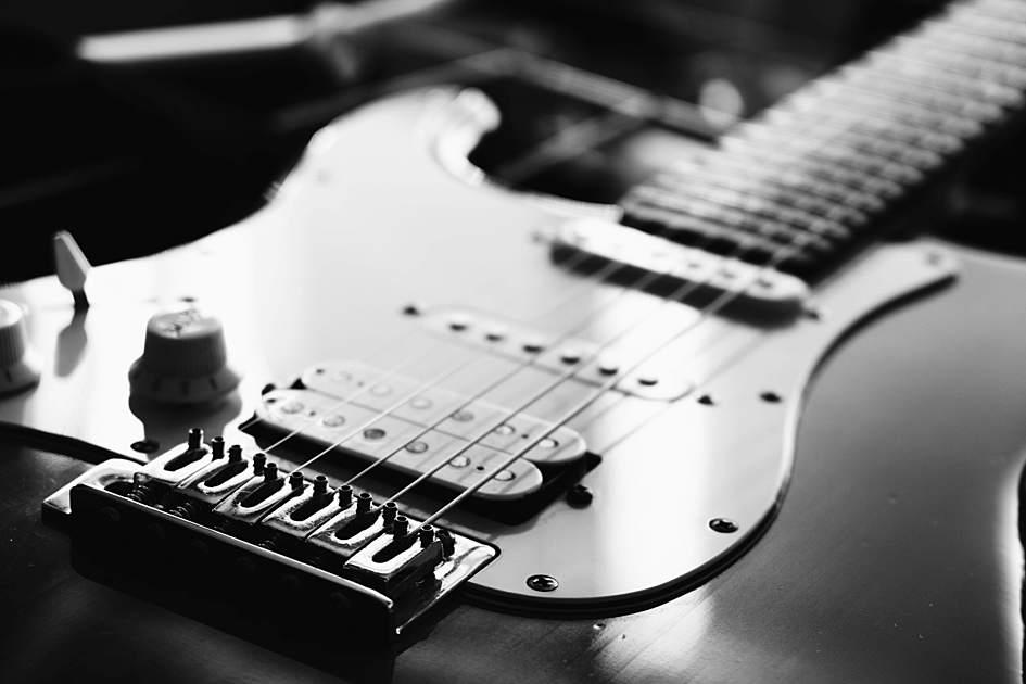 エレキギターの白黒写真