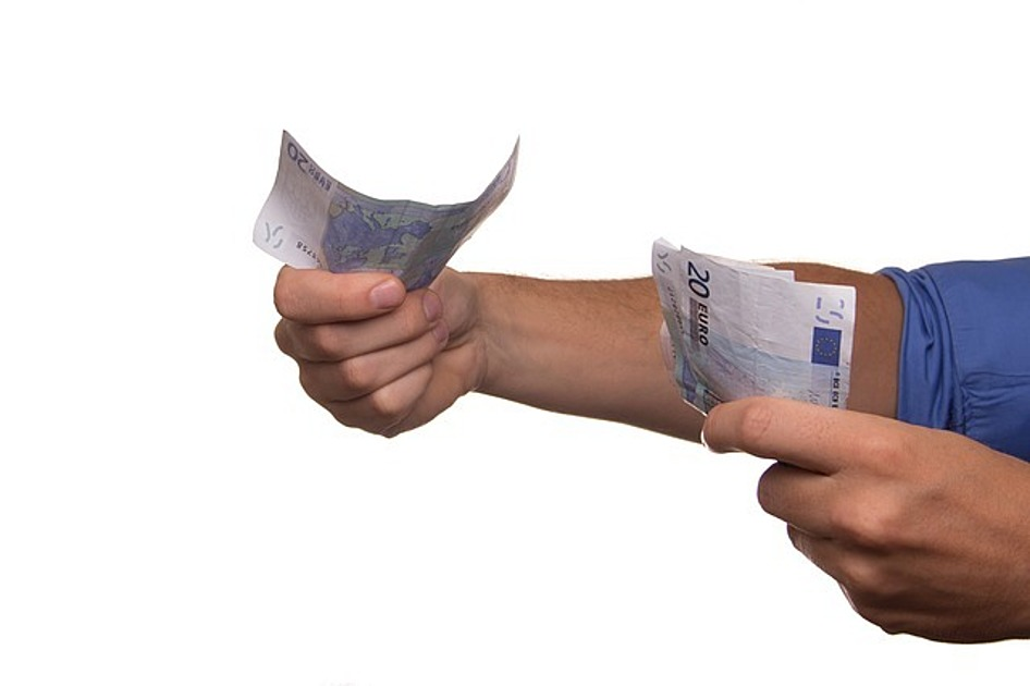 お金の札を持っている画像