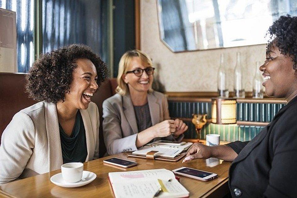 カフェで談笑している人たちの画像