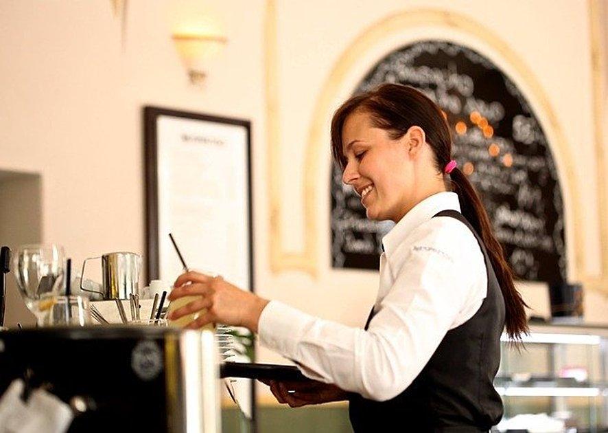 コーヒーを作っている店員の画像