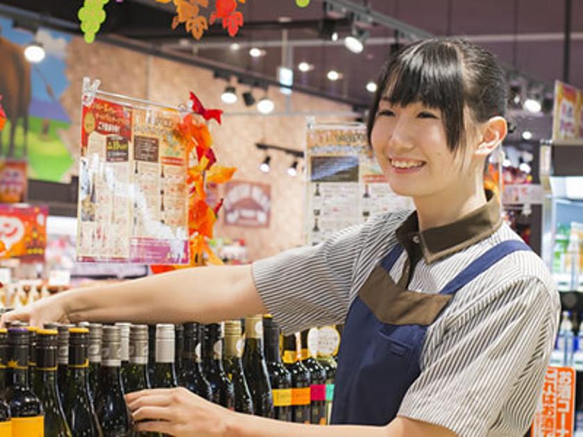 スーパーで案内をしているスタッフの写真