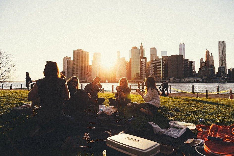 夕日の中ピクニックをしている画像