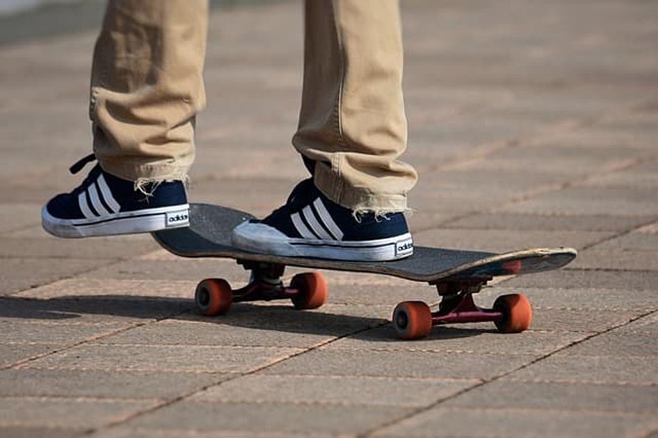 スケートボードに乗っている画像