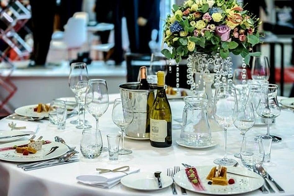 円卓テーブルに料理が提供されている画像