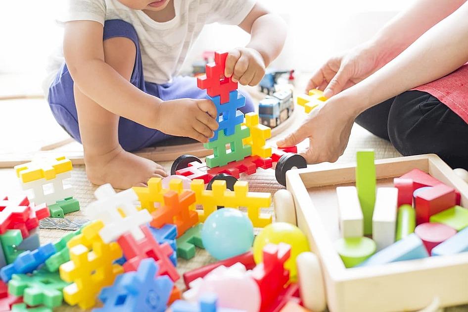 おもちゃで遊んでいる幼児の画像