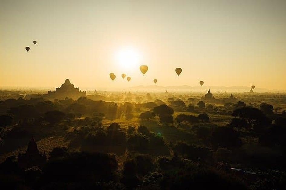 朝気球が飛んでいる写真
