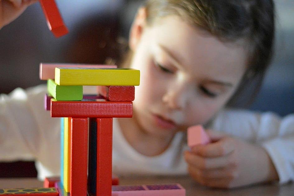 子供が積み木で遊んでいる画像