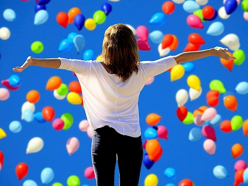 風船の中で手を広げている女性の画像