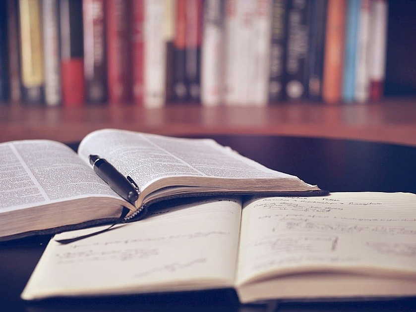 本を開いた画像
