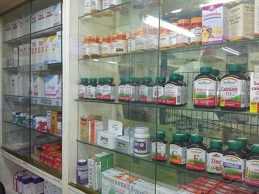 薬局の棚の写真