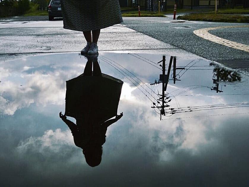 水たまりに映る影の写真