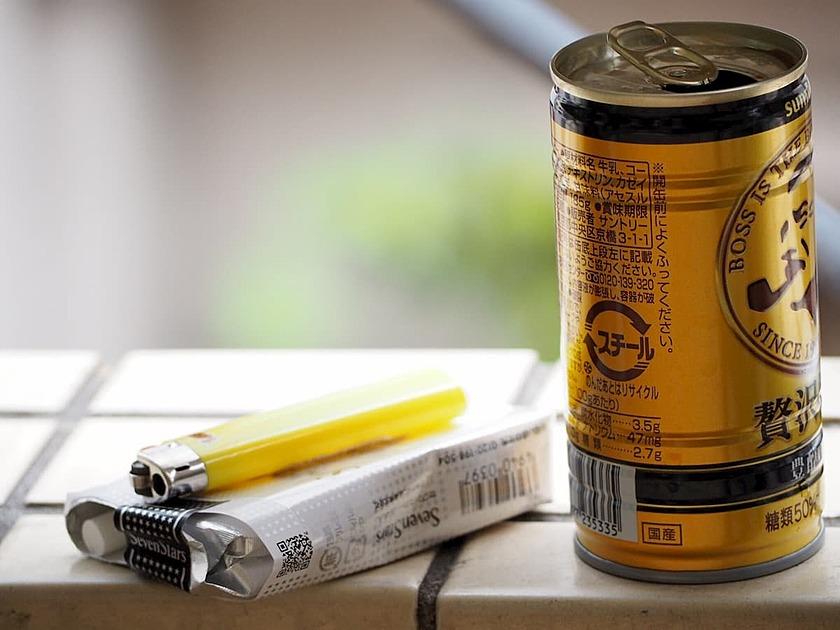 缶コーヒーとタバコの写真