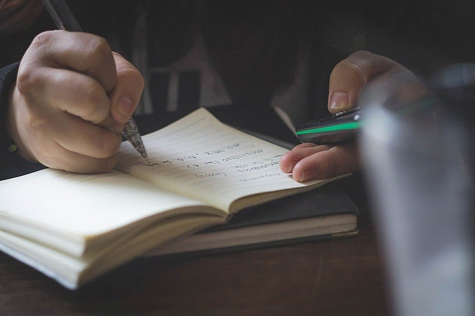 ノートにメモを書き込む写真