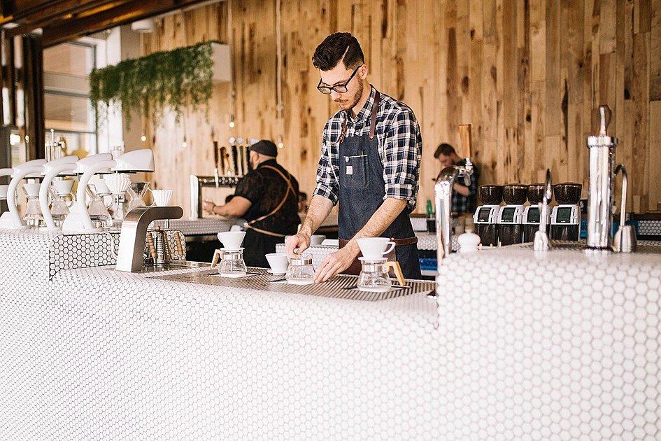 コーヒーを入れているスタッフの写真