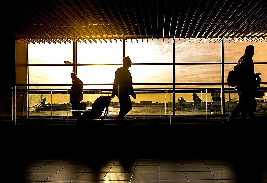 朝焼けの空港の写真