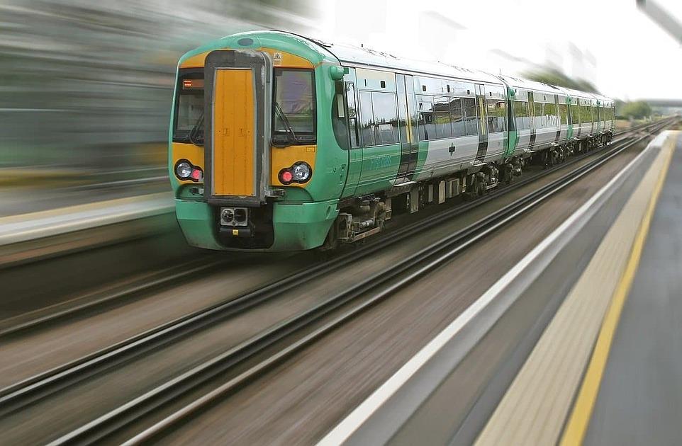 列車が走っている写真