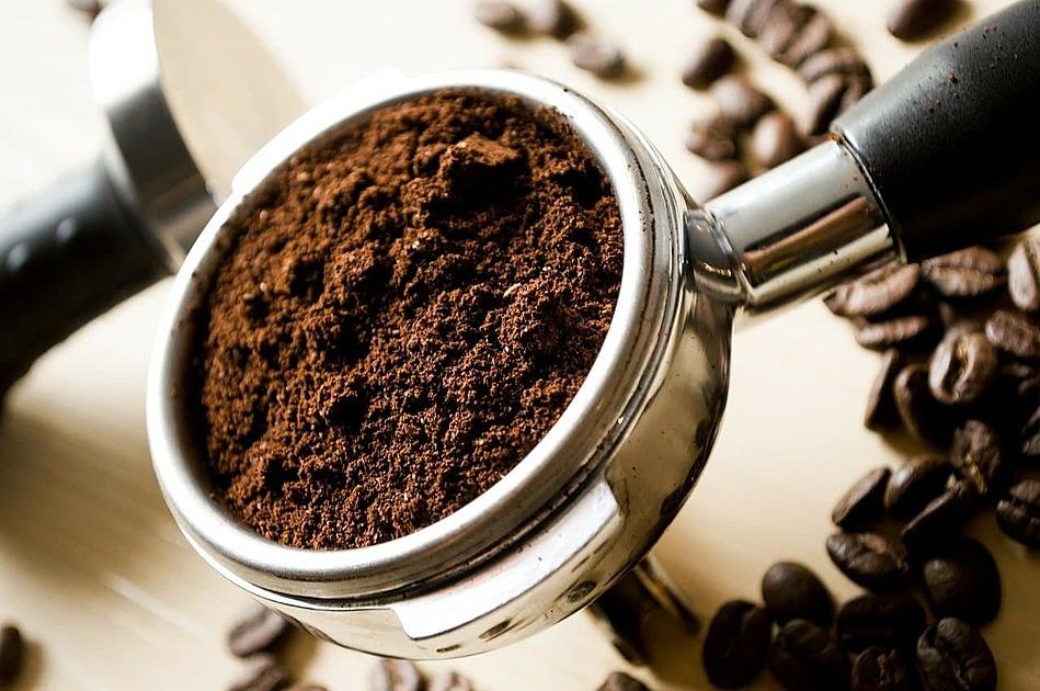 挽いた豆を入れたコーヒー器具の写真