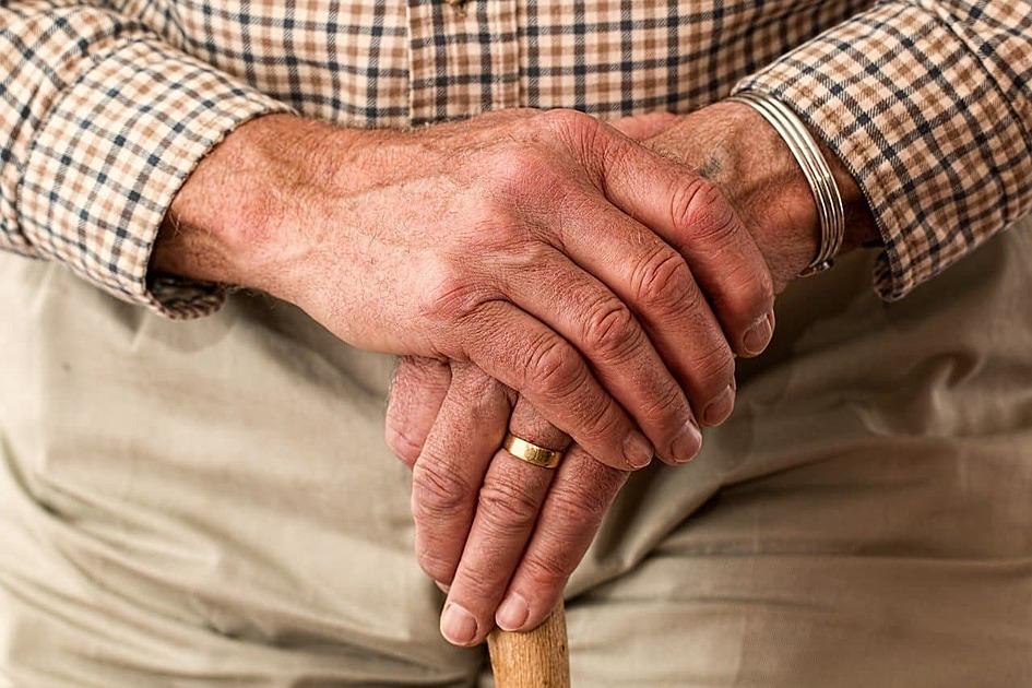 老人の手の写真