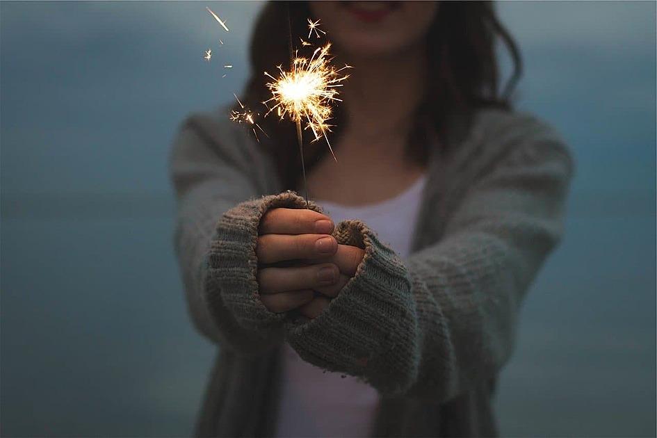 線香花火を持った少女の写真