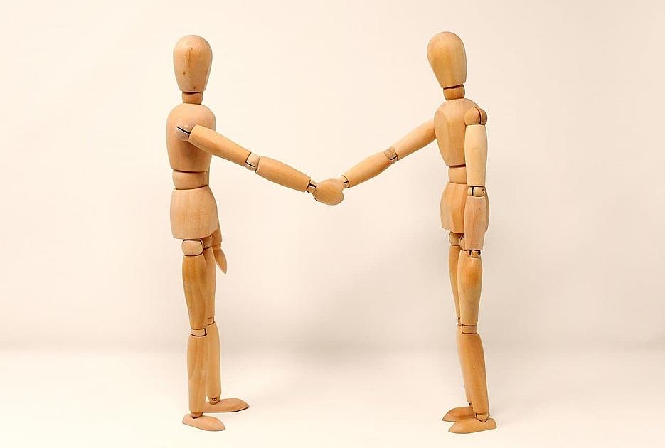 人形が握手をしている写真