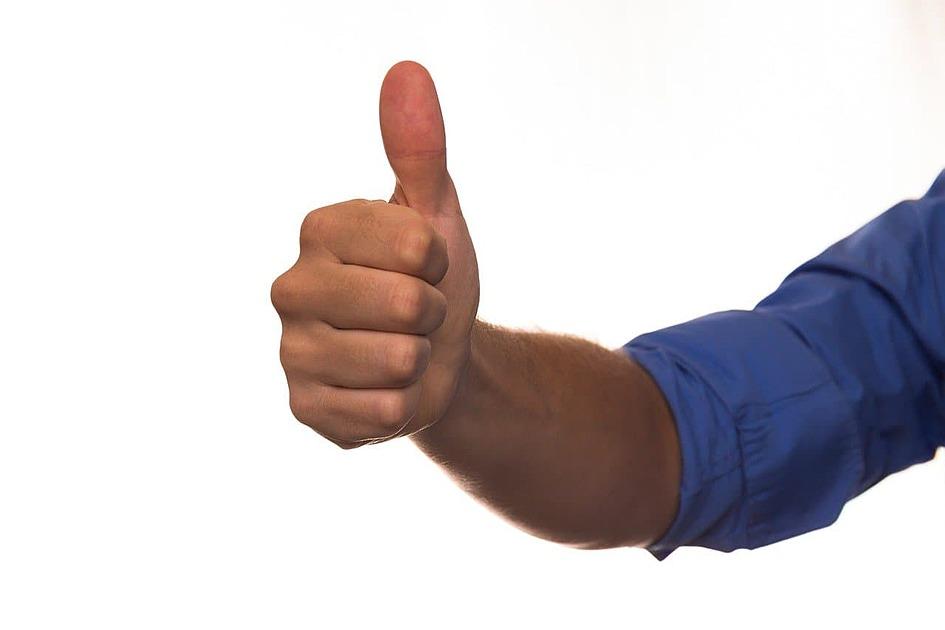 親指をあげた手の写真
