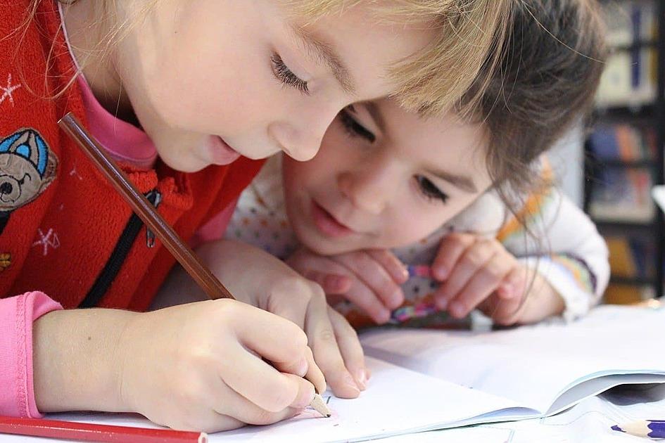 ノートに書き込んでいる女の子二人の写真