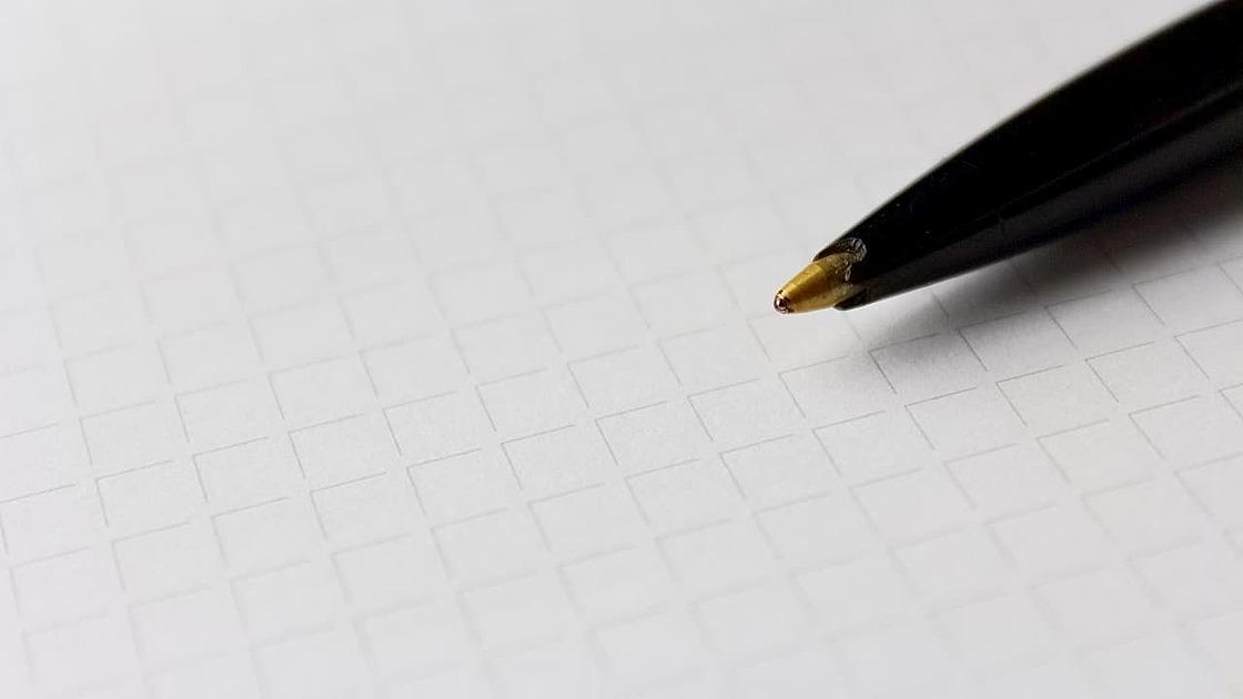 ペンと紙の写真