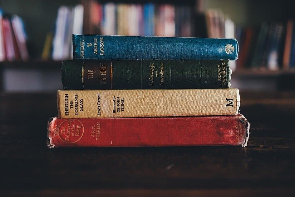 本が積んである写真