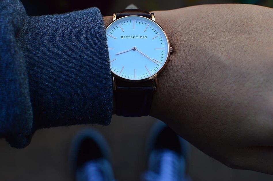 腕時計をみている写真