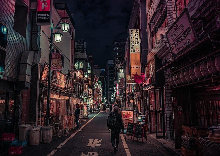新宿の居酒屋が並ぶ通り