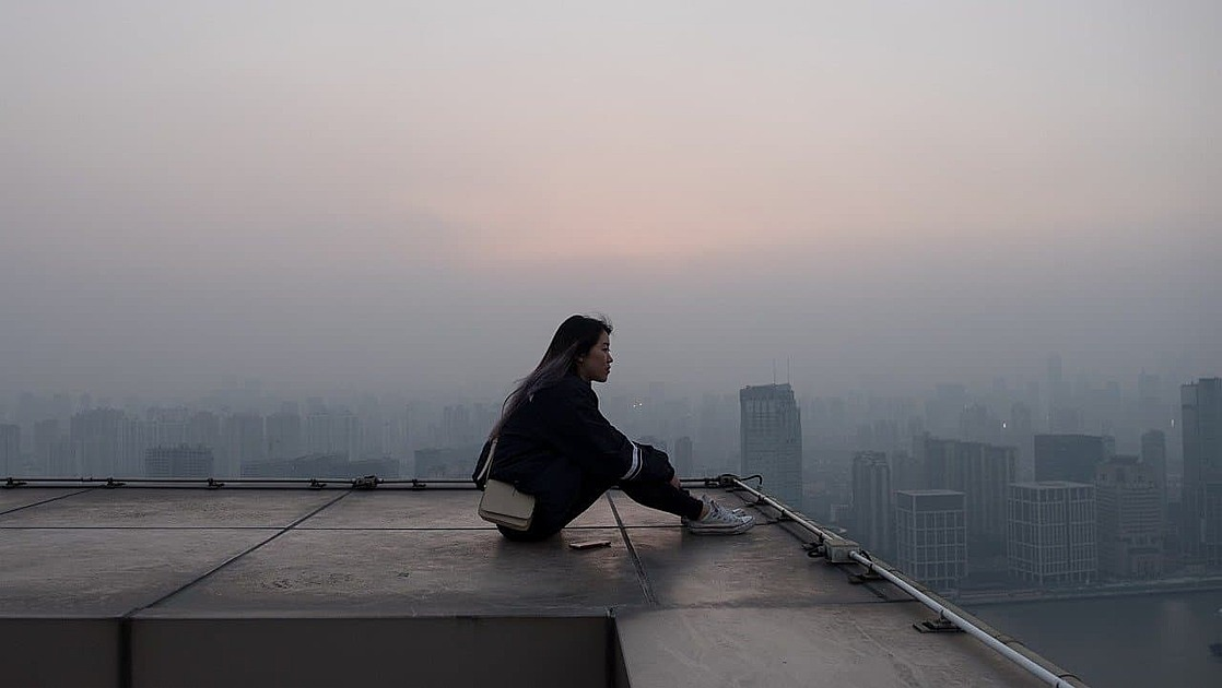 女性が一人で座っている写真