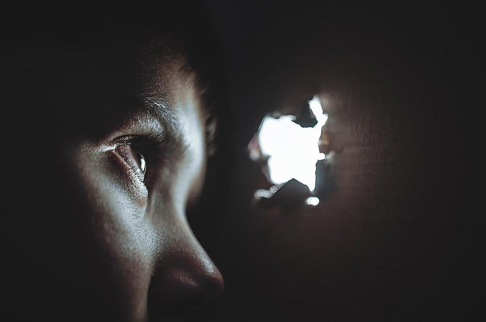穴を覗き込む少女