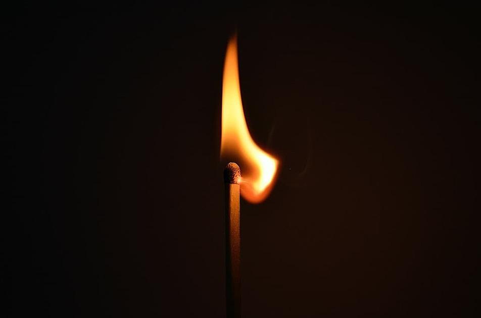 火のついたマッチの写真