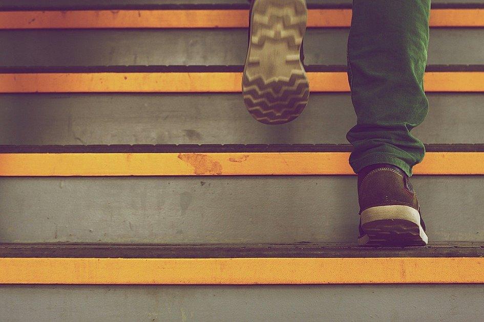 階段を登っている写真