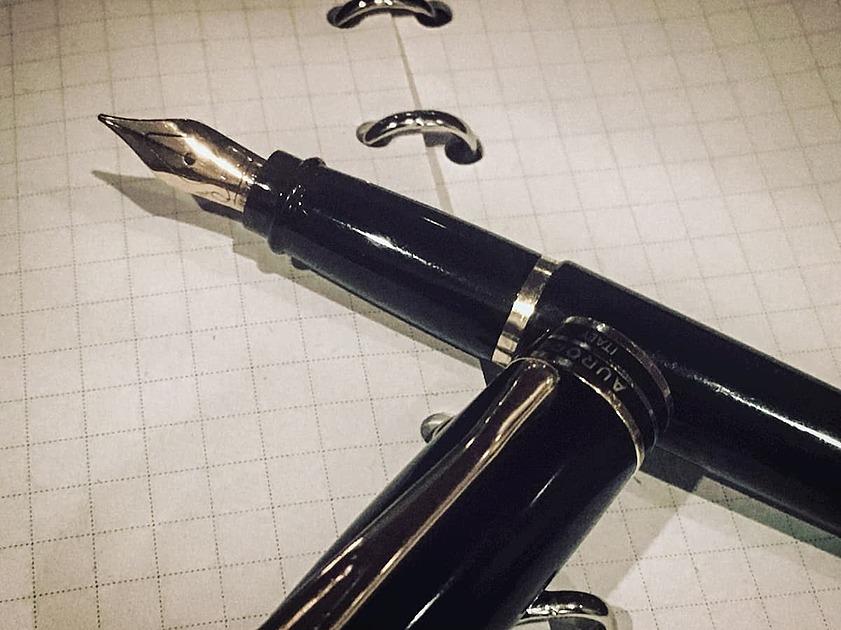 メモ用紙と万年筆の写真