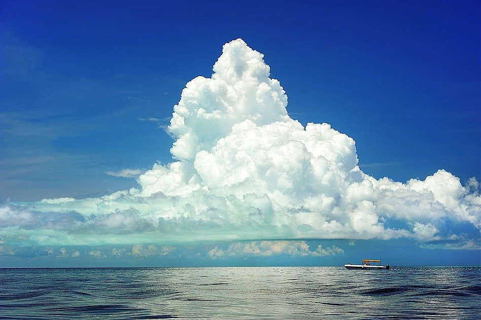 海の上の雲の写真