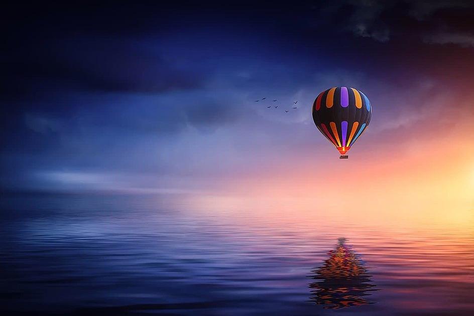 朝焼けに気球が浮かぶ写真