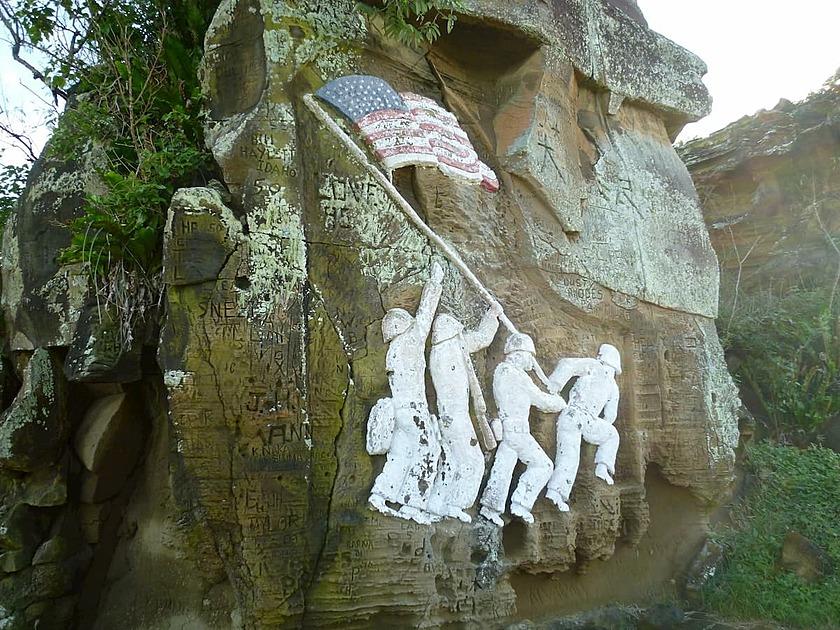 星条旗を掲げる兵士が刻まれた岩