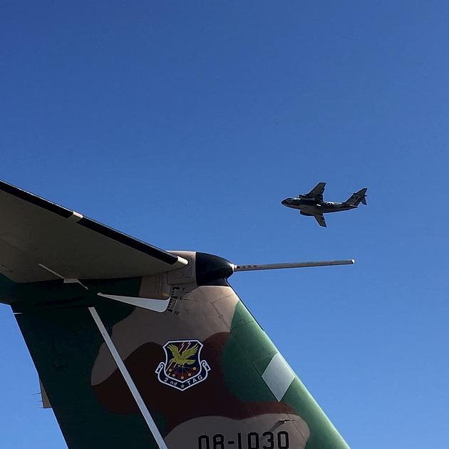 自衛隊輸送機の羽の写真