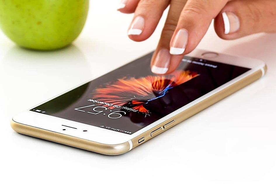 スマートフォンをタップしている写真