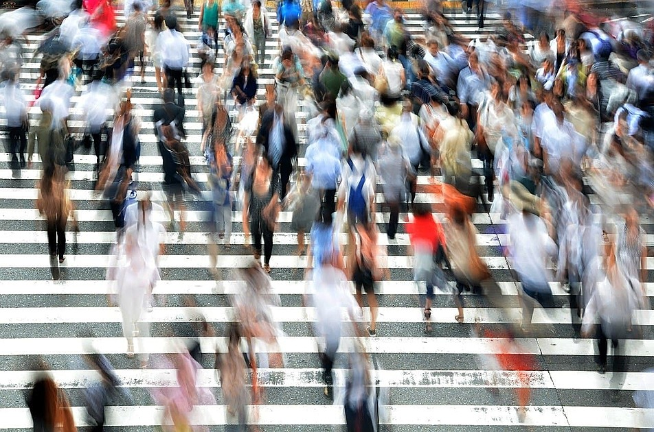 横断歩道の人混みの写真