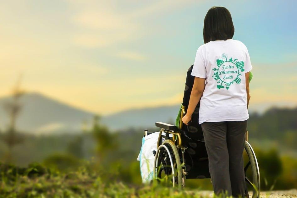 車椅子を押している女性