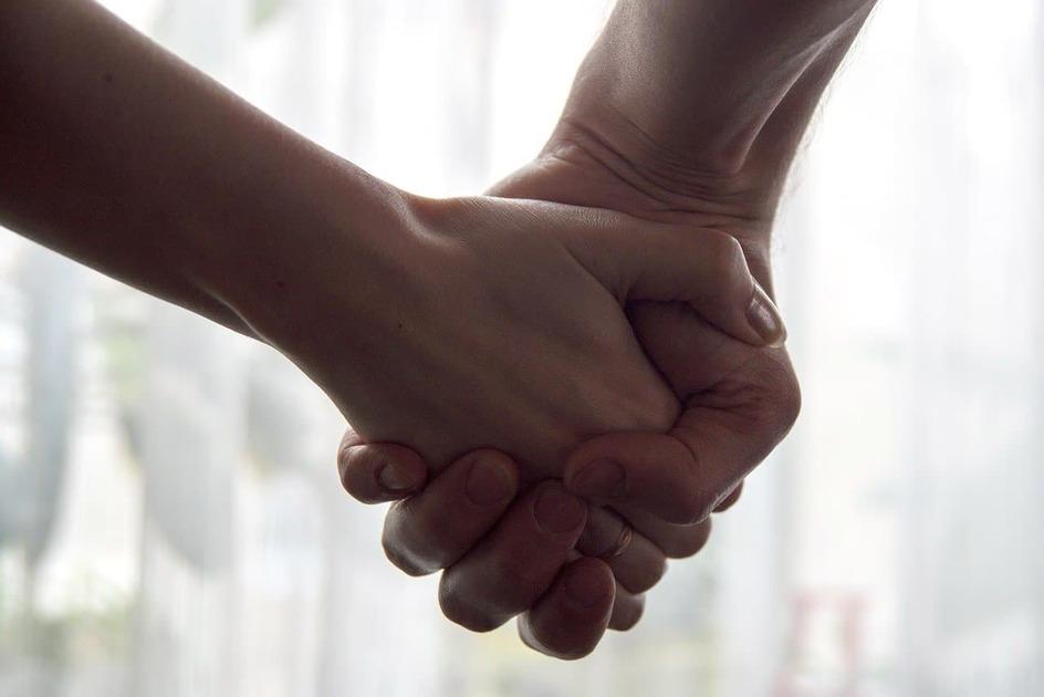手を握っている