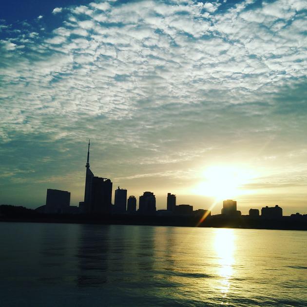 都市の朝日