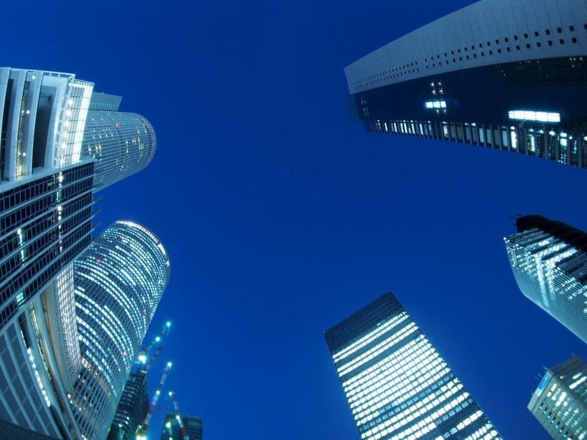 高層ビルを下から見上げる