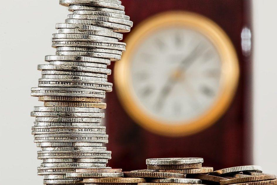 時計と積み上げたコイン