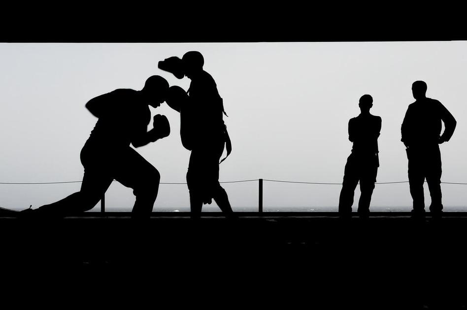 ボクシングをしている白黒写真