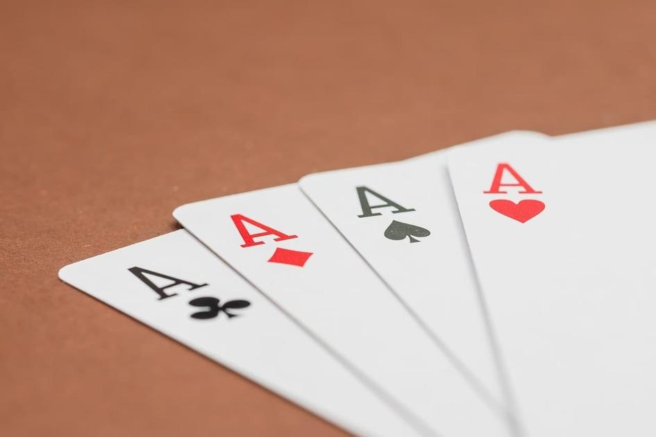 トランプのエースのカード4枚